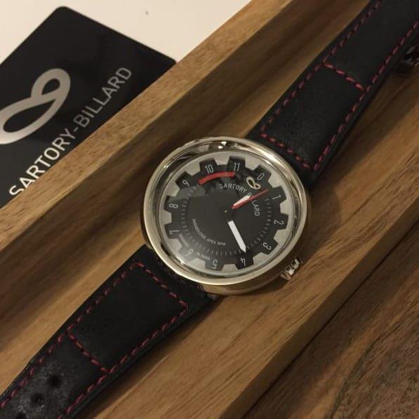 watch in a wood box, montre dans une boite en bois